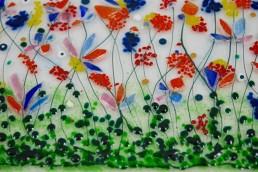 grüne Wiese mit bunten Blumen