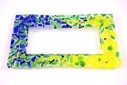 rechteckige Glasschale mit blau-grün-gelbem Rand aus Krösel und Mosaik