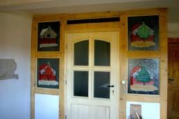 neue Fachwerkwand mit Glasfensterbildern in allen Jahreszeiten